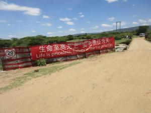 von Chinesen gebaute Straße zur Erschließung der Bodenschätze